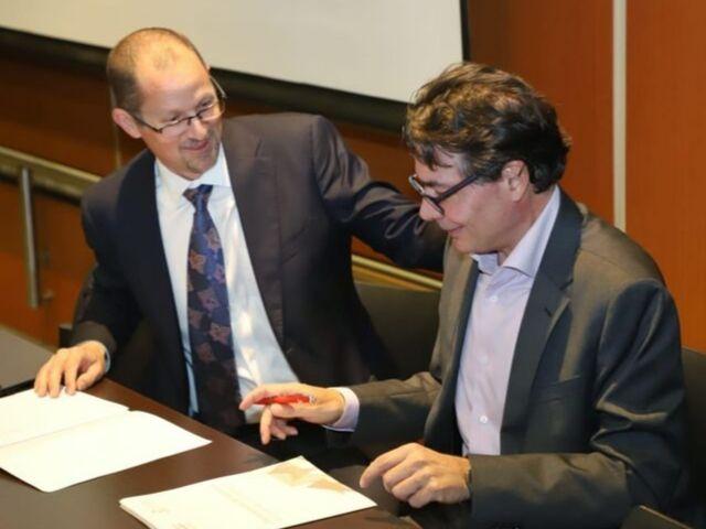 El rector Alejandro Gaviria y el CEO de Coursera, Jeff Maggioncalda, firman el acuerdo Coursera-Uniandes